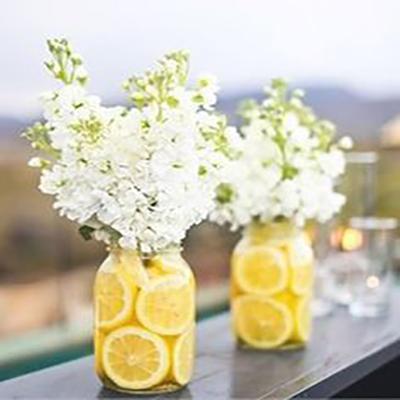 decorazione tavola matrimonio limoni e fiori bianchi