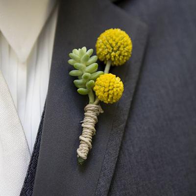 sposo con bottoniera gialla e succulente