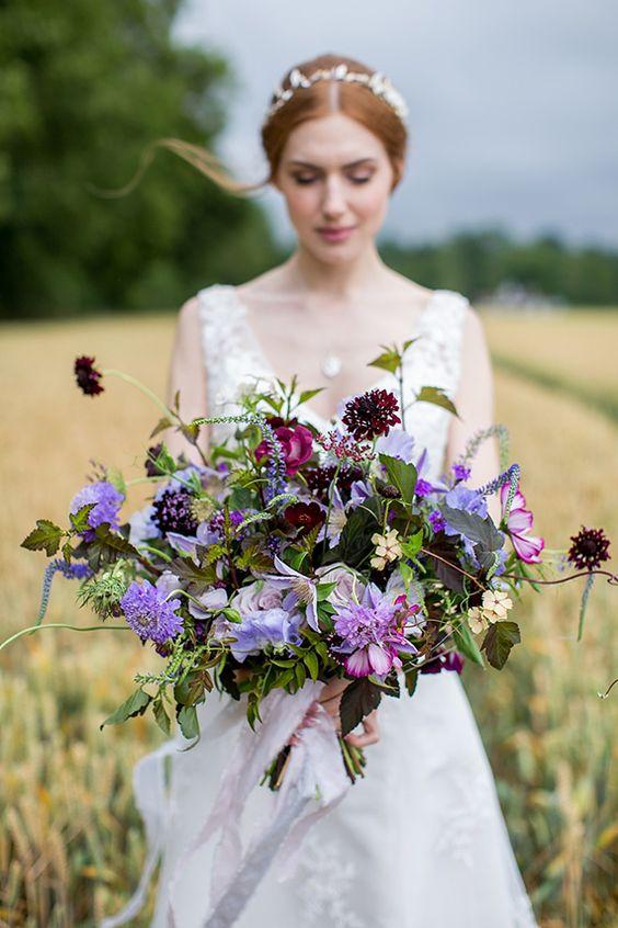 sposa nel campo con bouquet scomposto viola