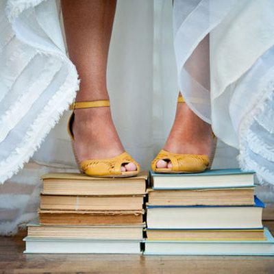 dettaglio sposa scarpe gialle