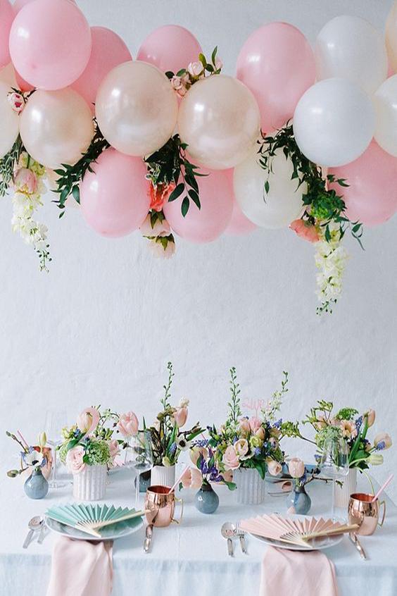 tavola matrimonio allestimento palloncini rosa e foglie
