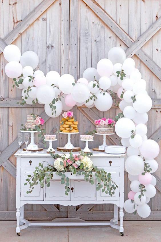 matrimonio confettata decorazione con eucalipto e palloncini