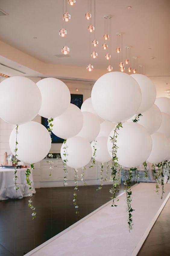 allestimento matrimonio palloncini bianchi con filo di edera