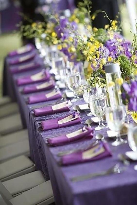 allestimento matrimonio in viola con fiori di campo gialli