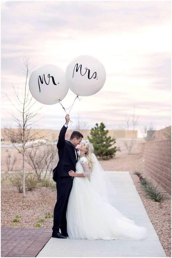 sposi con palloni bianchi mr e mrs