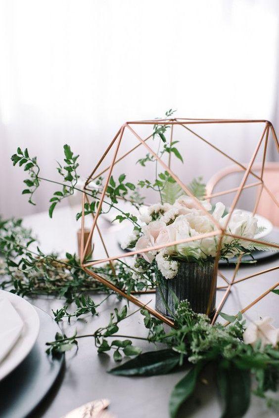 centrotavola matrimonio con fiori foglie e metallo