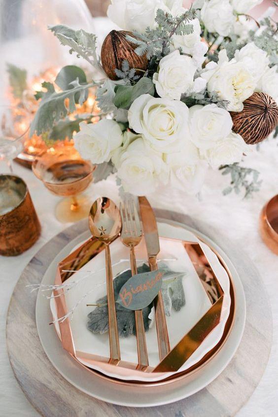 tavola matrimonio posate piatti e bicchiere rame