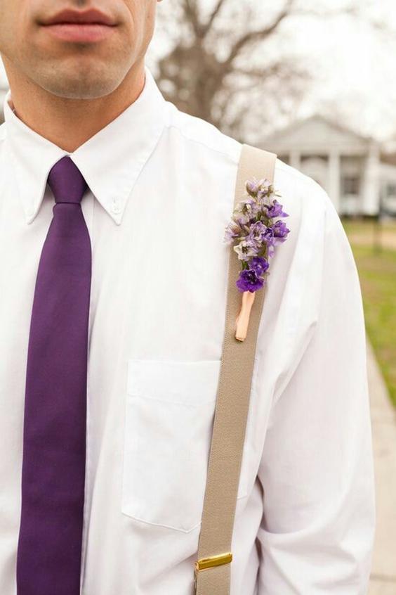 sposo con cravatta e bottoniera in viola