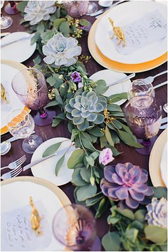 tavola matrimonio con bicchieri viola e succulente