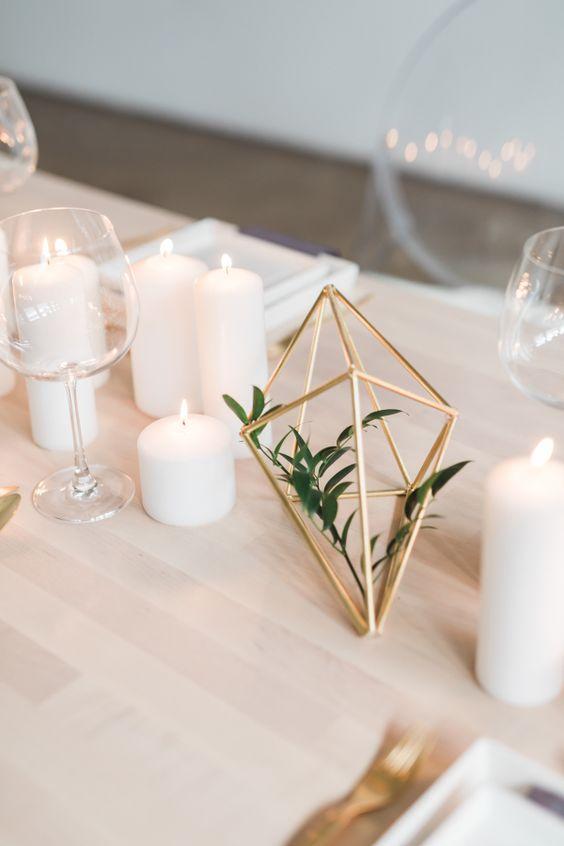 matrimonio decorazione minimal metallo e foglia verde con candele
