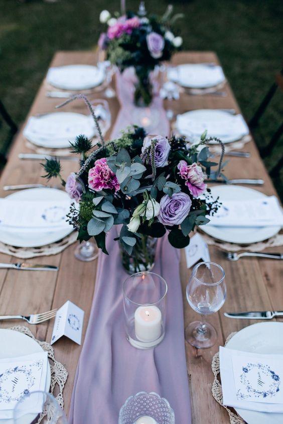 tavolo matrimonio in viola con runner e fiori viola