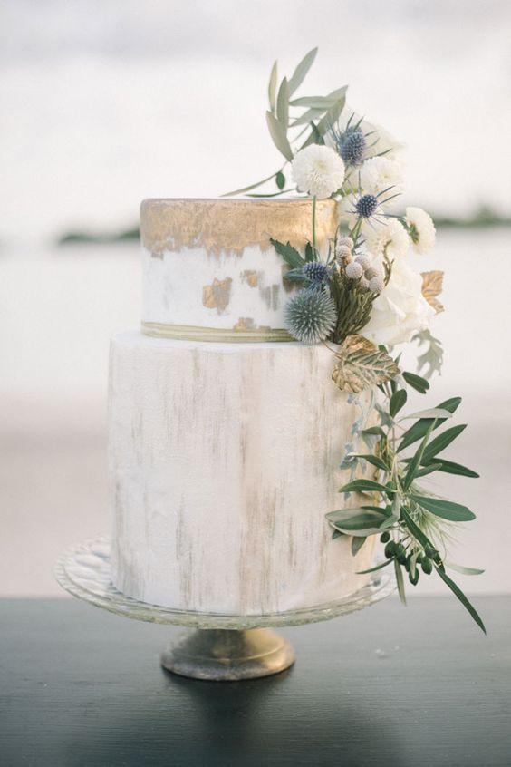 torta matrimonio con fiori e rivestimento metallico