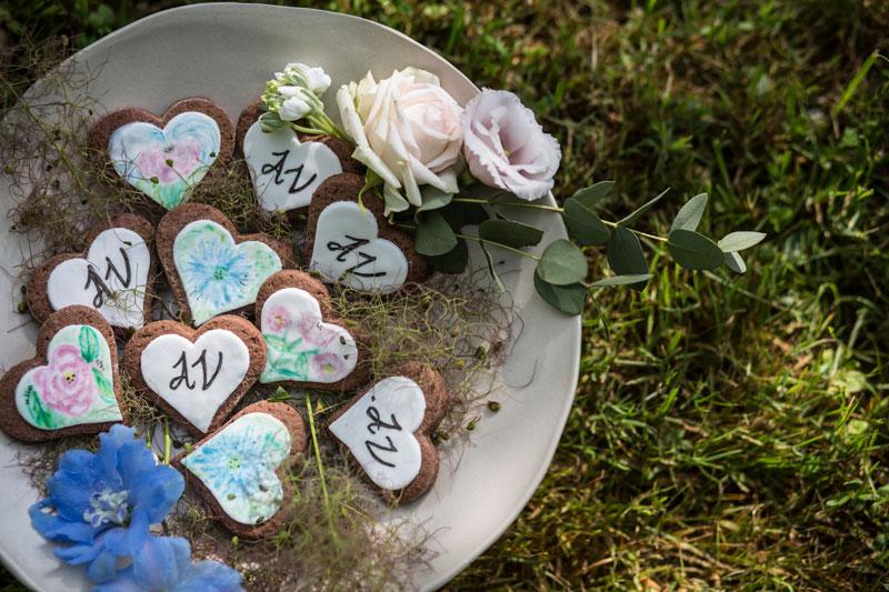 allestimento matrimonio biscotti decorati a mano alzata ceramica