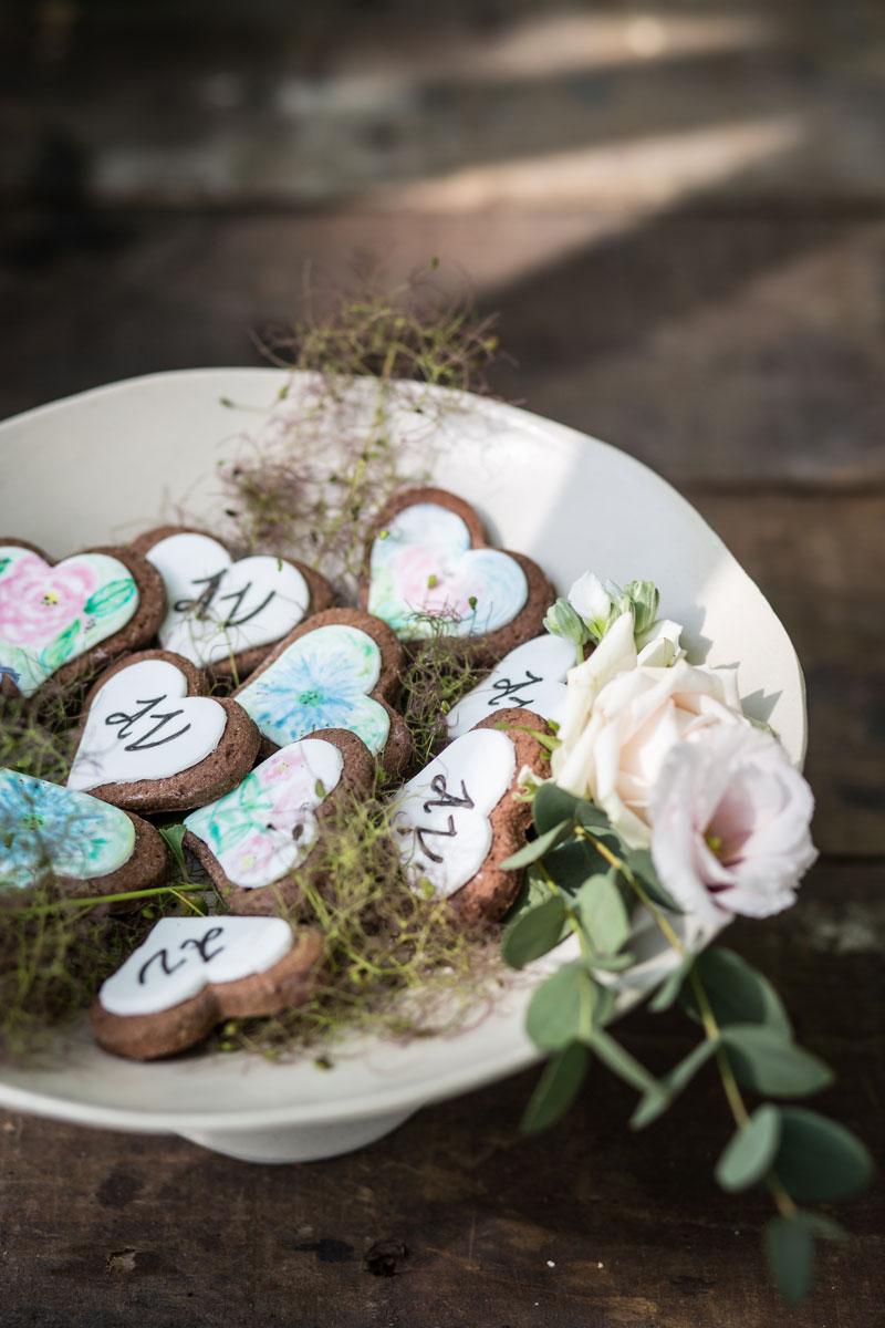 biscotti decorati a mano su alzatina di ceramica