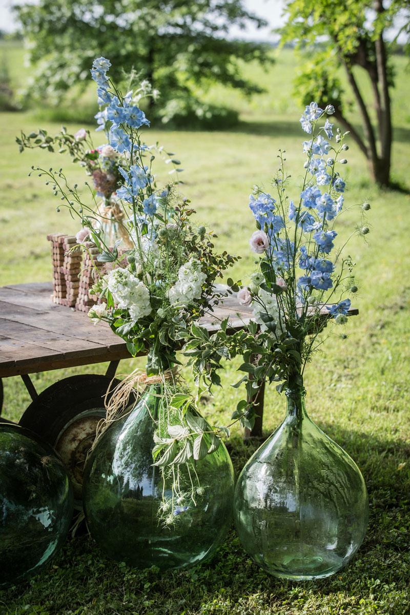 allestimento matrimonio con damigiane e fiori