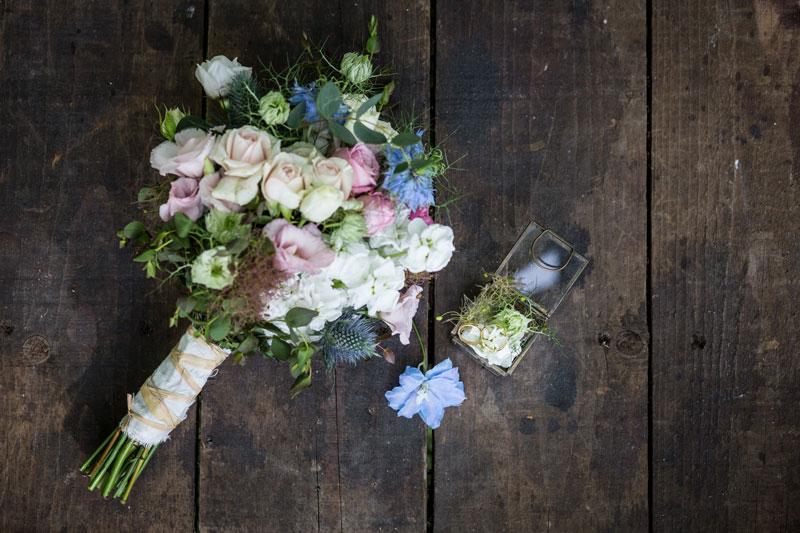 bouquet sposa con fedi oro