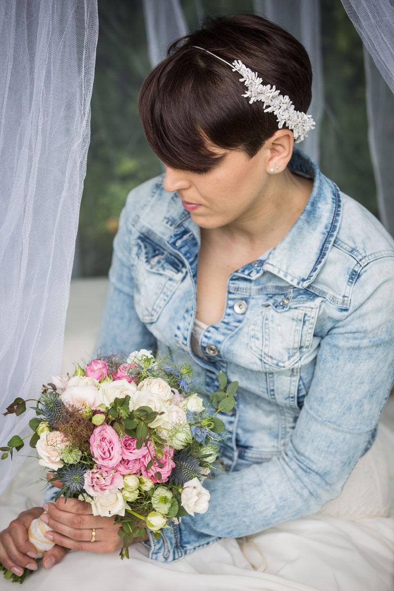 sposa campestre con bouquet e coroncina di carta