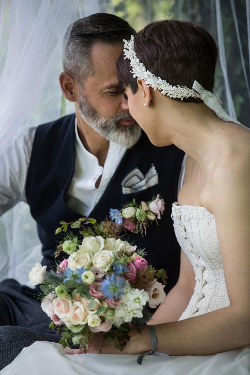 coppia sposi allestimento campestre sotto zanzariera