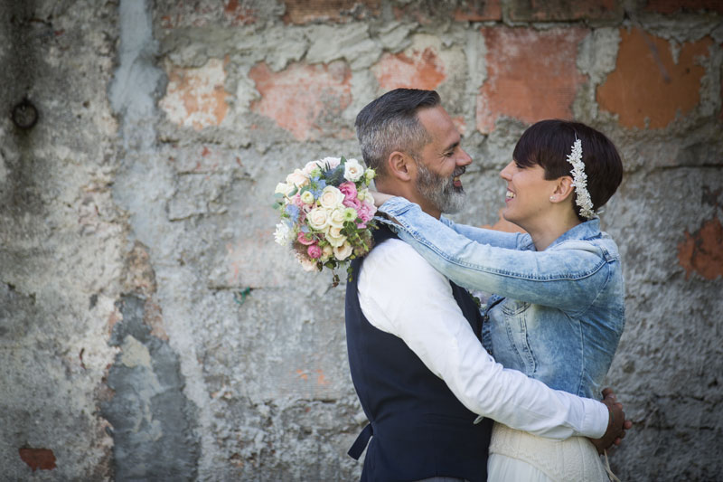 abbraccio sposi con bouquet matrimonio campestre udine