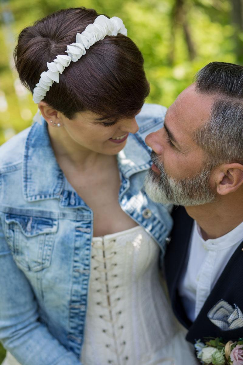 sposi con particolare cerchietto sposa