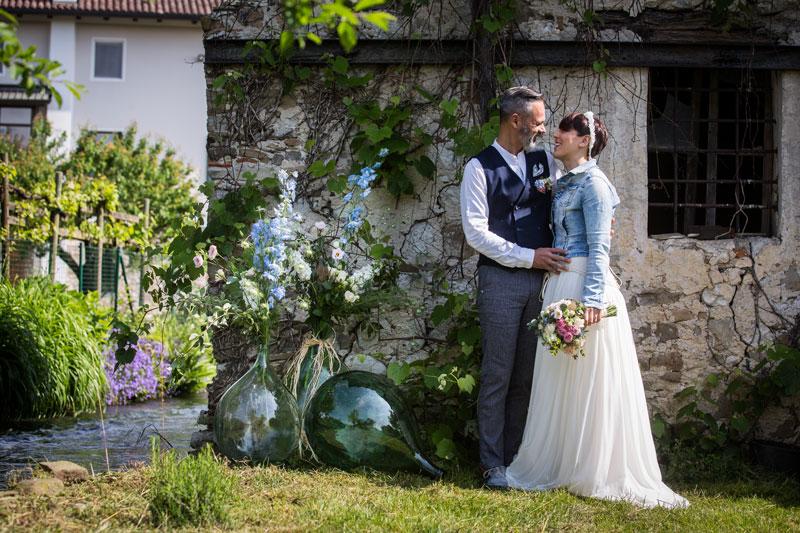 coppia di sposi matrimonio rustico sulla roggia