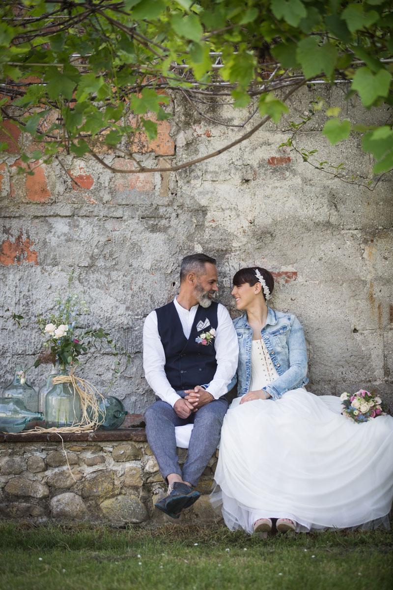 coppia di sposi matrimonio rustico mattoni