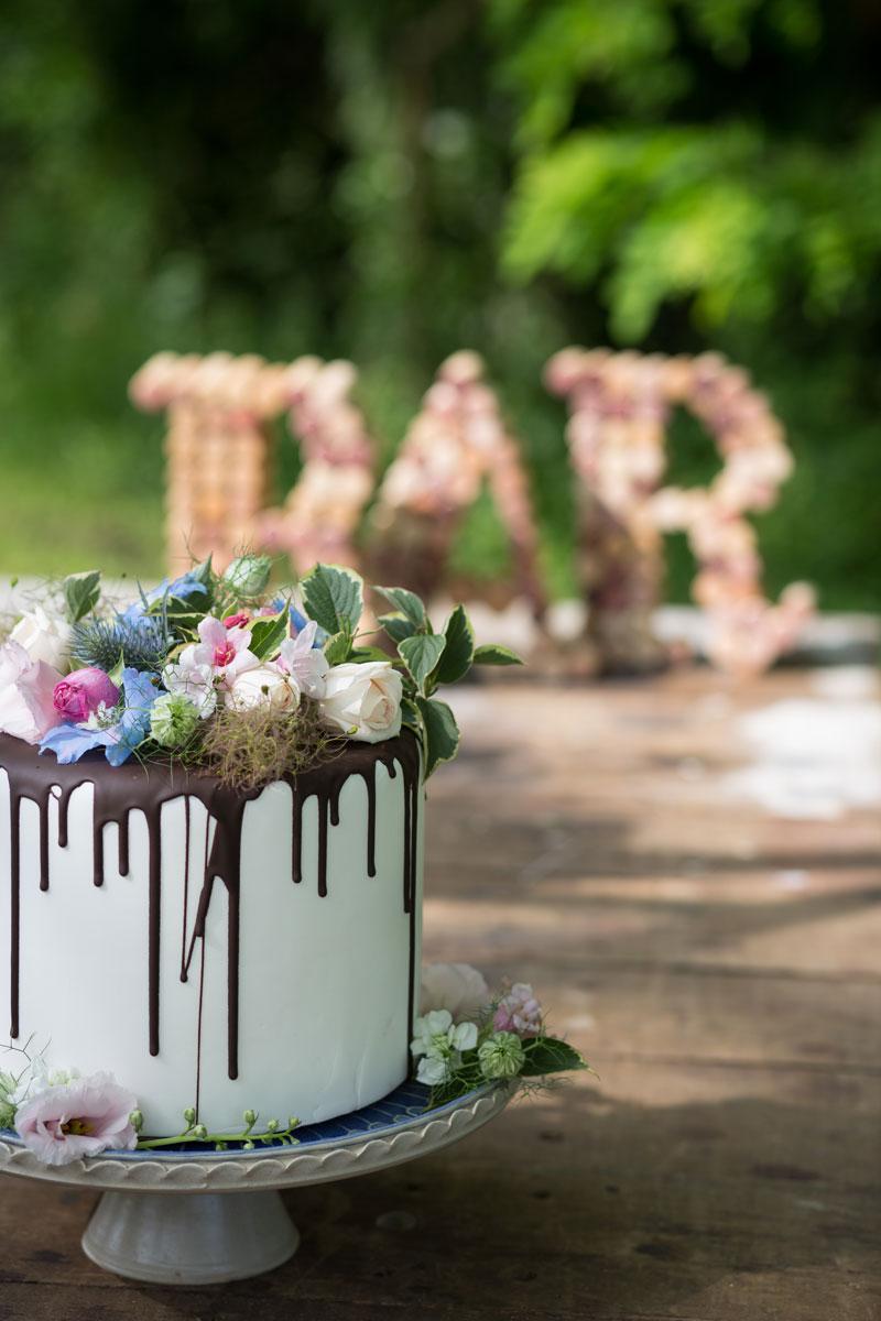 dripped cake con fiori freschi e alzata ceramica