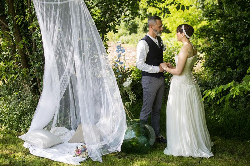 allestimento matrimonio campestre sposi con zanzariera