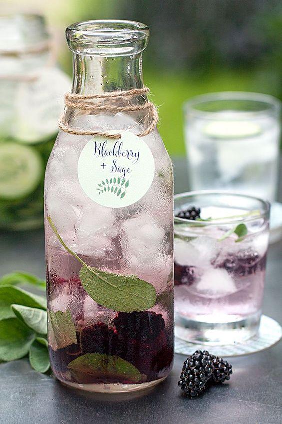 bottiglia con acqua aromatizzata