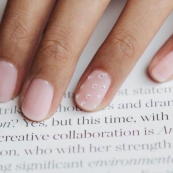 manicure nude con anulare brillantini