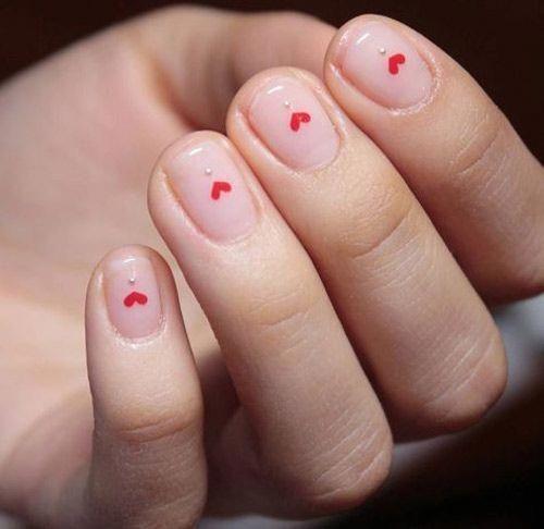 manicure nude con cuori rossi