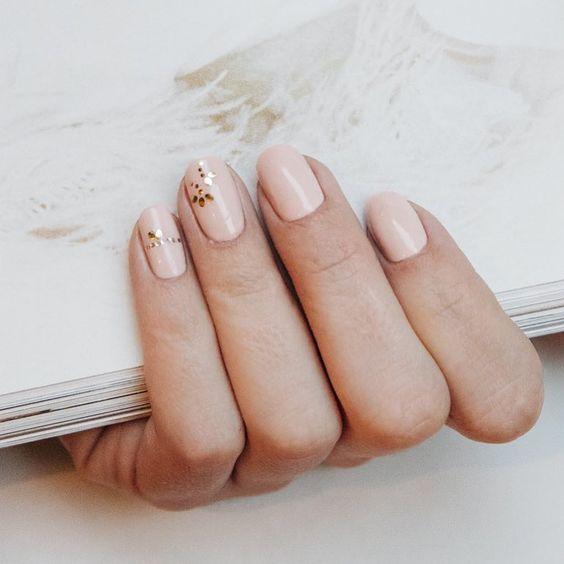 manicure rosa con puntini dorati