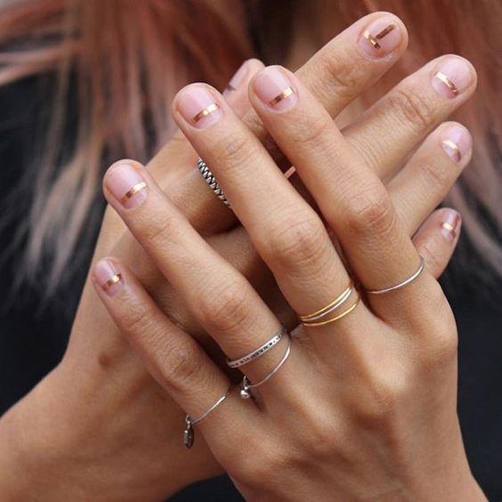 unghie trasparenti con linee metalliche