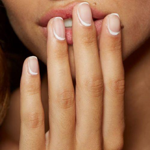 french manicure con lunetta bianca