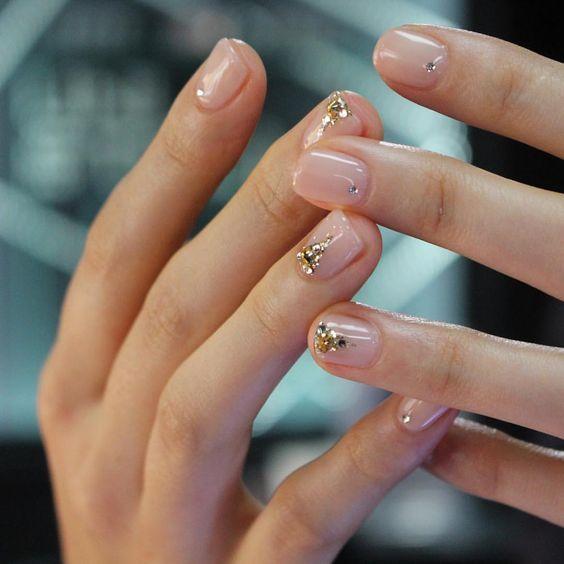 manicure trasparente con glitter
