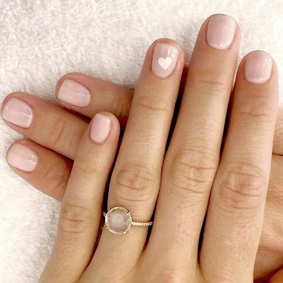manicure nude con cuore