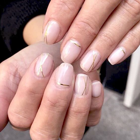 manicure nude con dettagli metallici dorati
