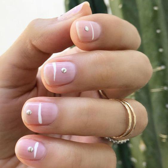 french manicure con dettagli bianchi di linee e punti ispirazione wedding unghie sposa